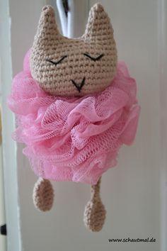"""Herzlich willkommen zur kleinen schautmal.de – Serie """"Geschenkideen für das Badezimmer"""". Jedes Jahr dasselbe: Was schenkt man Mama oder Oma, die eigentlich schon alles haben? Was … Baby Shoes, Winter Hats, Crochet Hats, Kids, Gatos, Amigurumi, Tutorials, Crochet Stuffed Animals, Nice Things"""