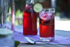 Ibiškovo-mátový ledový čaj