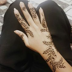 Latest Amazing Mehndi Designs For Parties Hello Guys! here you will see Latest Mehndi Designs with Amazing Patterns for your Hands and. Henna Hand Designs, Beautiful Henna Designs, Simple Mehndi Designs, Henna Tattoo Designs, Mehndi Tattoo, Mehndi Art, Henna Mehndi, Henna Art, Tattoo Arm