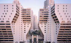 Un fotografo ha raccontato attraverso i suoi scatti alcuni grandi palazzi della periferia di Parigi, nati con grandi prospettive e oggi ai margini della vita cittadina
