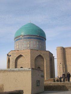 Mausoleum of Rabi'i Sultan Begum -  Ahmed Yesevî Türbesi'nin önünde Timur'un torunu ve Uluğ Bey'in kızı Râbia Sultan Begüm Türbesi yer alır