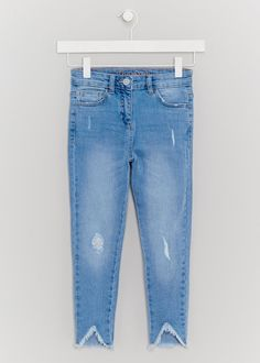Enhanced with on-trend distressed detailing, these blue denim jeans are a  must-