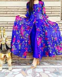 Latest Front Open Double Shirt Dresses Designs Collection Trends consists of front open frocks, double shirt gowns, angrakha double shirts etc. Stylish Dress Designs, Dress Neck Designs, Designs For Dresses, Stylish Dresses, Trendy Outfits, Shrug For Dresses, Indian Gowns Dresses, Pakistani Dresses, Girls Dresses