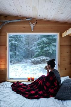 Cozy cold-weather getaway ideas to book ASAP across Canada Maine Winter, Winter Lodge, Getaway Cabins, Lake Cabins, Ontario Cottages, Eco Cabin, Twig Furniture, Fall Vacations, Cottage Wedding