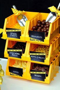 Ideas para exponer la comida en un candy bar de fiesta de construccion