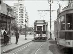 Pe lângă blocul Wilson (ce se vede în partea stângă în spate), tramvaiul nr. 2 ce ducea pe Calea Călărașilor. Blocul Wilson avea forma sa veche, de dinaintea cutremurului din 1977. Bulevardul Bălcescu se numea pe atunci Brătianu. Fotografie de Willy Pragher, 1935, via blogul willypragher.blogspot.ro.