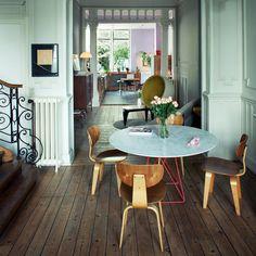Du mobilier mid-century et des expos dartistes mis en scène dans un magnifique maison bruxelloise de 1960.