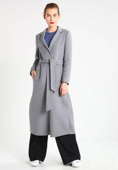 Holzweiler. ROSIE FLOORDUSTER - Frakker / klassisk frakker - light grey. Mønster:meleret. Samlet længde:125 cm i størrelsen S. Fit:normal. Materiale:50% uld, 50% polyester. Lukning, lås:bælte. Plejeanvisning:kemisk rensning. Længde:læglang. Detaljer:stiklommer. Rygbredd... Uld, Kobe, Normcore, Design, Style, Fashion, Moda, Fashion Styles, Design Comics