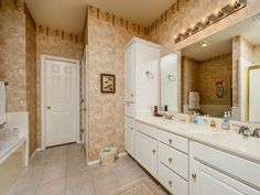 Cork inspired bathroom with white and gold - #interiordesign #bathroom