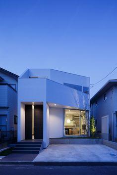 住宅地に建つコンパクトな家に、明るさと広がりを生み出しました。