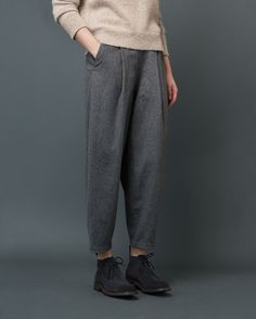 Very tapered, ankle-skimming, pleat-front trousers in a soft, slouchy wool blend flannel. Button fastening at right side. Buttoned and jetted back pocket. Looks Street Style, Looks Style, Style Me, Look Fashion, Fashion Outfits, Womens Fashion, Fashion Tips, Mode Plus, Look Vintage