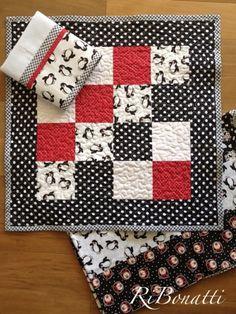 Esse kit é especial. Toalha de mesa, toalha de fogão em patchwork e quilt livre e pano de copa. Para uma pessoa especial. Bjs mil ...