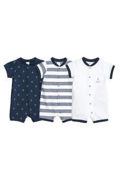 CONSCIOUS. Pyjamas en jersey souple de coton bio. Modèle avec manches et  jambes courtes. Fermeture pressionnée devant et le long d une jambe. 7a9474a7f9ada