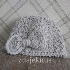 Gratis patroon gehaakt baby mutsje Free pattern crochet baby hat Haken, crochet Crochet Girls, Diy Crochet, Crochet Baby, Filet Crochet, Crochet Stitches, Baby Born, Crochet Designs, Baby Wearing, Easter Crafts