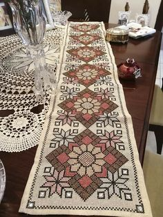 Lassi, Needle And Thread, Hgtv, Cross Stitch Embroidery, Bohemian Rug, Diy And Crafts, Knitting, Rugs, Crochet