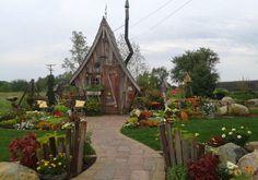Посмотрите, как органично вписываются такие домики-избушки в саду среди растений !  Милые очаровательные домики украсят любимый сад и станут излюбленным местом отдыха для всей семьи.  Сказочные избуш…