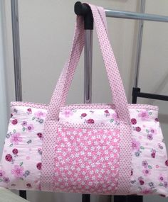 This bag can be used on a daily basis, but at first it was made to use for . Diy Fabric Purses, Fabric Bags, Handbag Patterns, Bag Patterns To Sew, Patchwork Bags, Quilted Bag, Bag Quilt, Tutorial Diy, Diy Purse