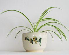 Cache pot fait main avec détail de fleur rouge et verte de la boutique AteliersAMMorin sur Etsy Planter Pots, Workshop, Boutique, Create, Etsy, Contemporary Mugs, Handmade, Red Flowers, Soap Holder