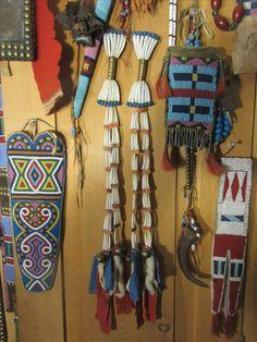 Dentaium hair bows etc / Mark Miller Native American Artifacts, Native American History, Crow Indians, Plains Indians, Native Indian, Native Art, Native American Medicine Bag, Crow Art, Bags
