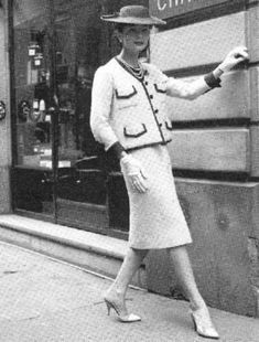 In Coco Chanel herself launched the suit as a sort of reaction to the New Look by Christian Dior- a vintage photo of Gabrielle herself our front of her store rocking one of her own tweed suits. Chanel Vintage, Vintage Couture, Vintage Glamour, Timeless Fashion, Retro Fashion, Vintage Fashion, 1950s Fashion Women, Elegance Fashion, Club Fashion