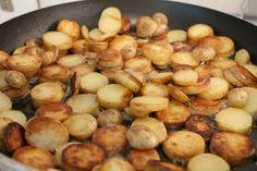 Mi az igazán finom serpenyős burgonya titka? Nem is hinnéd el! Kiderül a receptből. Serpenyős krumpli recept képekkel és pontos mennyiségekkel! Hungarian Recipes, Pretzel Bites, Bacon, Food And Drink, Potatoes, Bread, Vegetables, Kitchen, Baking Center
