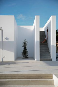 A modern and minimal balance between ancient and modern architecture Maison Kamari summer house Paros Greece React Architects via contempoperth- architecture, travel Modern Architecture Design, House Architecture, Residential Architecture, Modern House Design, Landscape Architecture, Contemporary Design, Cubic Architecture, Mediterranean Architecture, Classical Architecture