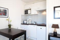 Studios et T2 avec cuisine équipée : Cafetière, grille-pain, bouilloire, réfrigérateur, four micro-onde, plaques électriques, lave-vaisselle, vaisselle et ustensiles de cuisine.