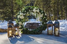 Outdoor winter wedding in the Canadian Rockies with a circle arbour of greenery and white flowers. Photo: Anna Michalska Planning: Emerson & Co. Venue: Stewart Creek Golf Course Florals: Flowers by Janie Indoor Flowers, All Flowers, White Flowers, Wedding Ceremony Flowers, Winter Wedding Flowers, Outdoor Winter Wedding, Outdoor Venues, Ceremony Decorations, Greenery