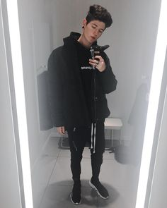 """613 mentions J'aime, 17 commentaires - Nicholas Previtali (@nicodiansk) sur Instagram : """"Full black outfit today⚫️ Do you like Supreme? Personally I used to but now mhhh, I might resell…"""""""