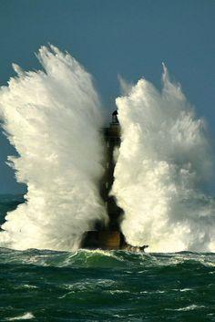 Big wave around the lighthouse