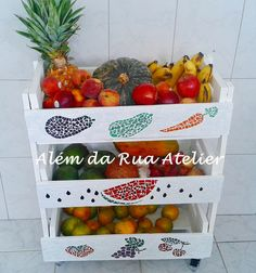 Mosaico + Caixotes = Fruteira!!! by ALÉM DA RUA ATELIER/Veronica Kraemer, via Flickr Diy Home Furniture, Types Of Furniture, Small Furniture, Furniture Ideas, Pallet Bed Frames, Crate Desk, Crate Shelves, Flower Service, Flower Delivery Service