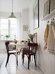 Ściana, stół, krzesła