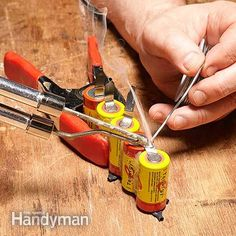 Rebuild a cordless tool battery: Glue together the new cells for the cordless tool battery. >>>Never Buy Batteries Again Cordless Drill Batteries, Power Tool Batteries, Cordless Tools, Homemade Tools, Diy Tools, Hand Tools, Battery Tools, Battery Drill, Battery Hacks