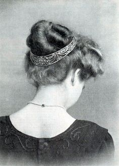 A belle epoque tiara, A kokoshnic style bandeau, worn on the back of the head, and possibly upside down, as was becoming increasingly popular as the era waned and gave rise to Art Deco. ~ I love the fashions of Edwardian and Belle Epoque. Historical Hairstyles, Edwardian Hairstyles, Vintage Hairstyles, Prom Hairstyles, Belle Epoque, Edwardian Fashion, Vintage Fashion, Edwardian Era, Flapper