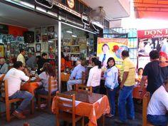 Este local se llena todos los días, Restaurante Don Ricardo (El Rey de las Hueveras) en el Rimac (Lima, Perú).  http://www.placeok.com/blog/huariques-en-lima-almorzando-con-el-rey-de-las-hueveras/