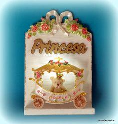 """Leia COM ATENÇÃO:  kit PRINCESA pp, composto por: arabesco, carruagem, palavra PRINCESA + quadro em MDF + ursinha com coroa expostas na foto. Sendo o MDF CRÚ ( sem pintura) e as peças em resina SEM PINTURA. NÃO ACOMPANHA ILUMINAÇÃO !!  O MDF é grátis !!  É possível trocar a palavra """"Princesa"""" por letras individuais para formar o nome, neste caso será feito um ajuste no valor.  A carruagem é composta de frente e uma base/chão. Não tem lateral !!  A foto do produto colorido e iluminado É…"""