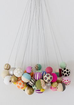 DIY: hand painted beads - design ideas for painting your own beads using plain wooden beads Wooden Bead Necklaces, Wooden Beads, Crafts For Kids, Arts And Crafts, Diy Crafts, Diy Projects To Try, Craft Projects, Do It Yourself Quotes, Diy Jewelry