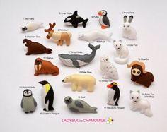 WWW.LADYBUGONCHAMOMILE.COM - meer fotos hier!  Grappige miniatuur magneet verschirkkelijke pooldieren, gemaakt van vilt, gevuld met polyester.  Dieren:  -Walrus -Ijsbeer -Polar fox -Seal -Orca walvis -Penguin -Arctic hond - husky -Arctic uil -Rendieren - Caribou -Arctische house - iglo  Elk item heeft een sterke magneet binnenkant (je kunt niet zien de magneet van buitenaf) zodat u kunt de items op de koelkast (koelkast), Magneetbord of op elk metalen oppervlak in het huis als een geweldige…