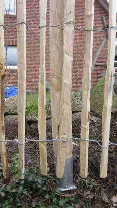Zaun aus Naturholz und Draht. Gartenzäune gibt es in unendlich vielen Ausführungen. Es gibt sie aus Holz, Metall, Eisen oder Beton. Auch Pflanzen oder Mauern funktionieren gut als Gartenzaun oder Sichtschutz. Wer einen individuellen Gartenzaun bevorzugt kann ihn auch selber bauen (diy) oder beliebig streichen. Der Kreativität sind bei Gestaltung und Stil des Gartenzauns keine Grenzen gesetzt.
