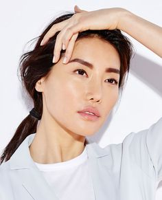 SimdiYap.com: Yüz yogası - Bedeniniz için spor ve yoga yapıyorsunuz. Ya yüzünüz için? Yaşlanma karşıtı yüz yogası konusunda uzman olan Fumiko Takatsu temel ve kolay hareketleri sizler için gösteriyor.
