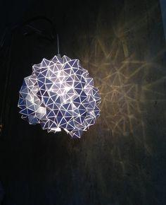 Geodésica colgante luz escultura---  Ver video aquí: http://www.youtube.com/watch?v=rMYiGfwtvSU&sns=em  Al mismo tiempo geométricas y orgánicas.  Este es un uno de una buena escultura de luz hecha de un material de PVC blanco. Cada triángulo es cortado a mano y pegado con un pegamento industrial en PVC transparente para crear una composición original. La escultura está montada sobre un anillo colgante de metal resistentes al calor. Y se incluye con montado E27 socket y 2m cable de textil…