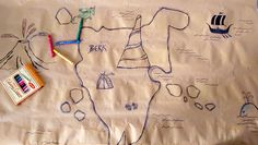 Packpapier, auf welche die Kinder ihre eigenen Drachen zeichnen können, ist die perfekt Tischunterlage.