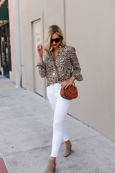Cozy Ways to Wear White Jeans in Winter Leopard Print Outfits, Animal Print Outfits, Leopard Shirt, Leopard Coat, Outfit Jeans, Fall Fashion Trends, Fall Trends, Blusas Animal Print, White Jeans Winter