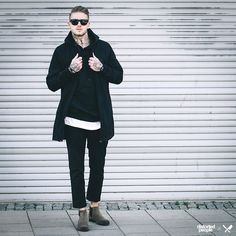 Distorted People Streetstyle : ''Brix'' Long Bomber Jacket in black, ''Head or Tails'' Hoodie in black, White oversize ''Blades'' Tshirt, Chelsea Boots ''Sanders'' in beige, Sunglasses ''Sun of Blades'' in black, combined with black trousers