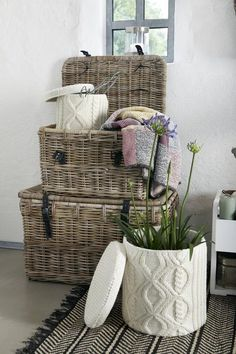 company picnic Wicker, knit basket Style The Stylish Academic Diy Décoration, Diy Crafts, Vibeke Design, Knit Basket, My Ideal Home, Recycled Sweaters, Hat Boxes, Winter House, Handmade Home Decor