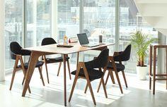 ウォールナットの質感とファブリックチェアが調和した 北欧ヴィンテージスタイル Table Desk, Desk Chair, Dining Chairs, Dining Table, Office Interiors, Office Desk, Interior Design, Room, House