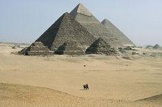 """Die Cheopspyramide und die Königinnenpyramide der Meritites. Beim Bau hatten die alten Ägypter den Sternenhimmel als Vorbild. """"Diese unerbittlich großen Dinge Aegyptens"""" schrieb Rainer Maria Rilke - hier die Pyramiden von Gizeh (Foto von: Aus:"""