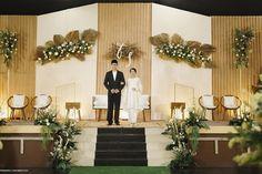 Wedding Backdrop Design, Wedding Stage Design, Rustic Wedding Backdrops, Wedding Reception Backdrop, Garden Wedding Decorations, Backdrop Decorations, White Tent Wedding, Javanese Wedding, Pelaminan Modern