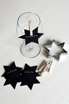 Christmas black stars for place cards - bordkort New Years Decorations, Christmas Decorations, Deco Nouvel An, Deco Cinema, Christmas Time, Christmas Crafts, Deco Table, Decoration Table, New Years Eve Party