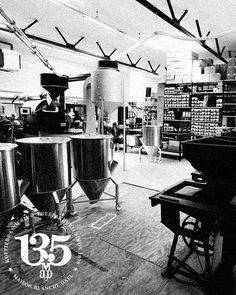 De hoofdbranderij van Maison Blanche Dael. Dagverse koffie wordt hier sinds 2008 gebrand. Drafting Desk, Relax, Furniture, Home Decor, Homemade Home Decor, Home Furnishings, Interior Design, Home Interiors, Decoration Home